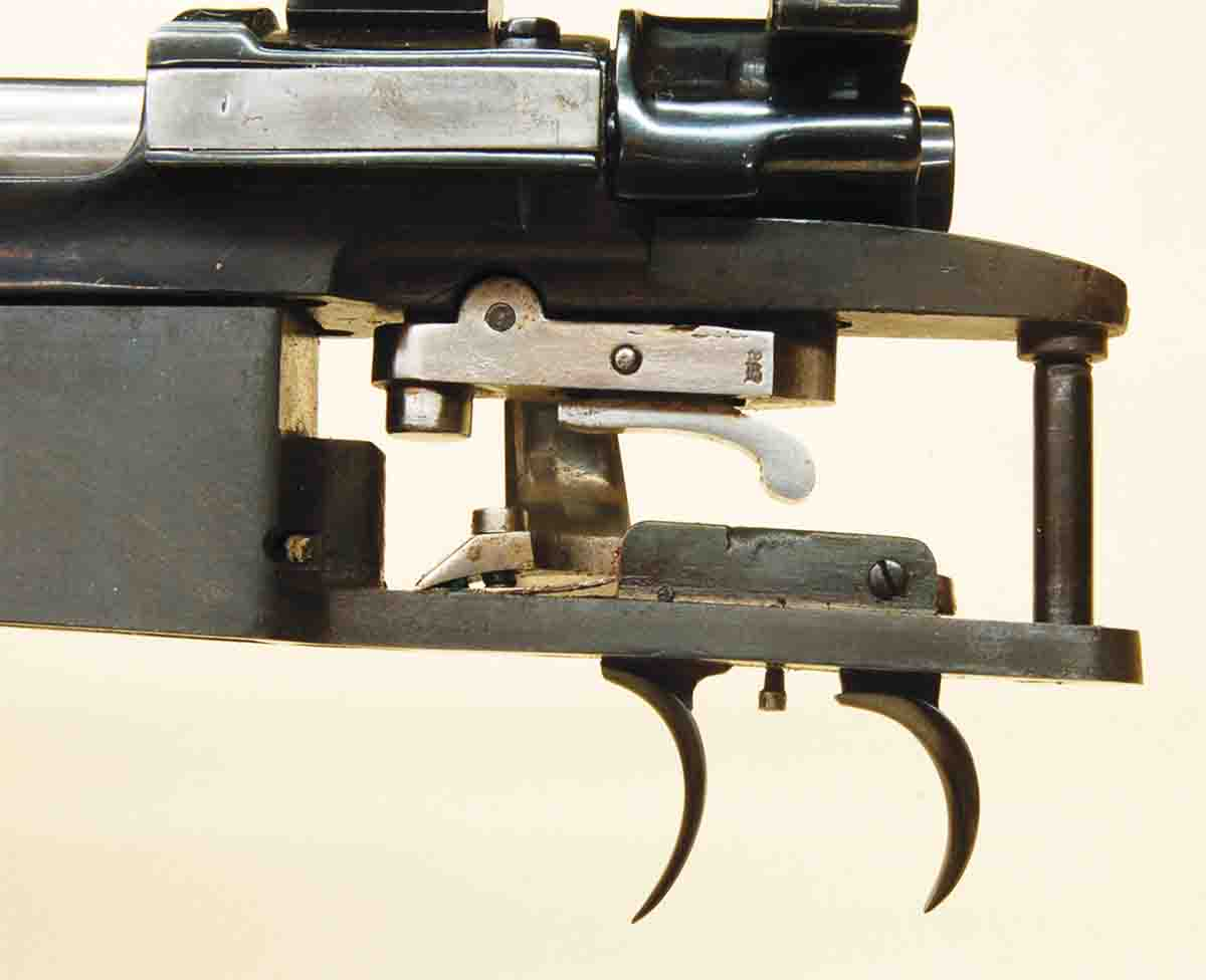 When the mechanism is set, the arm of the rear trigger is down inside the trigger box.